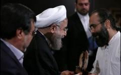 نشان «نوای صلح ایکوم ایران» در دستان رئیس جمهوری