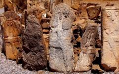اجرای طرح سامان دهی سنگ افراشته های محوطه باستانی شهریری مشگین شهر