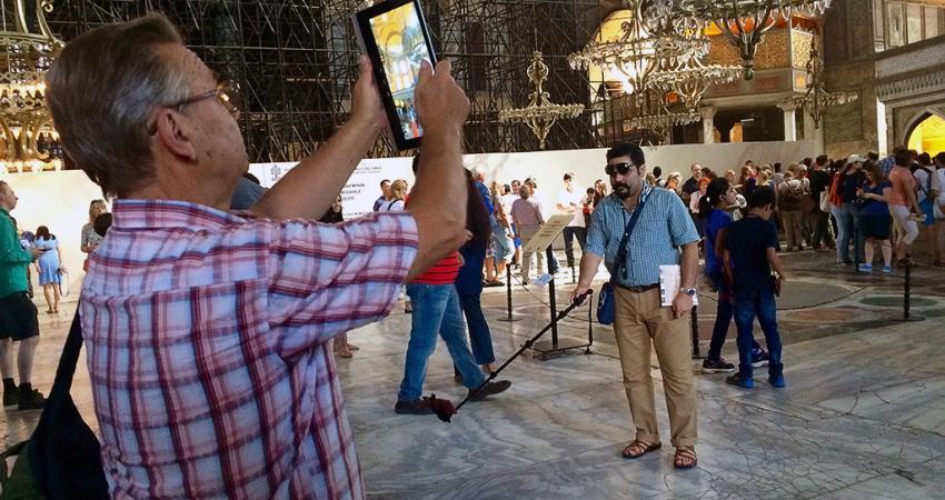 ادوبی، خیال گردشگران از عکس خراب کن ها را آسوده می کند
