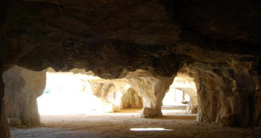 یادگاری نویسان همه جا هستند؛ حتی در تاریکی غارها