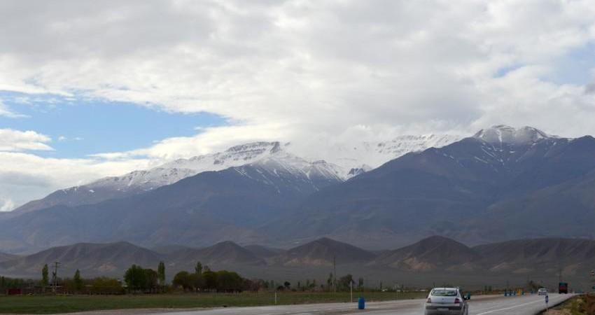 دامنه های قلۀ 4 هزار متری شاهوار پس از باران بهاری