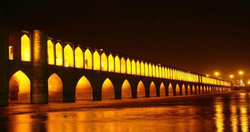 پاکسازی پل خواجو توسط دوستداران میراث فرهنگی اصفهان