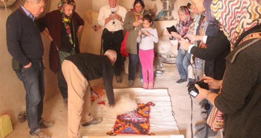 استقبال گردشگران هلندی از نمدمالی روستای سلم آباد