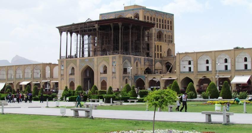 آغاز تعویض و تعمیر ناودان های عمارت عالی قاپوی اصفهان