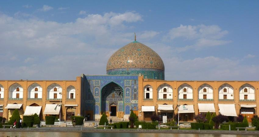مرمت و استحکام بخشی کاشی فرش های مسجد شیخ لطف الله