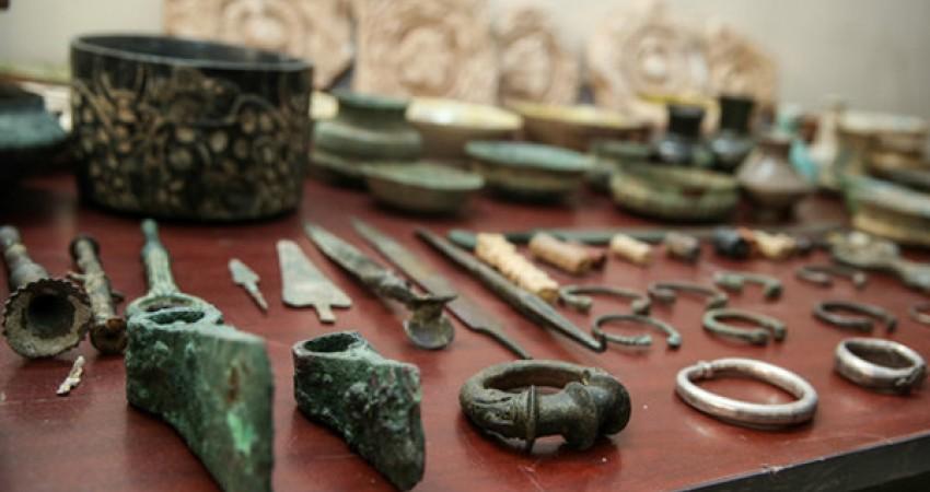 کشف مجسمه بودا و محموله ای از سکه های تاریخی