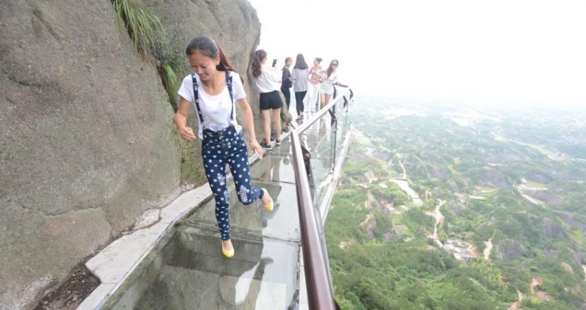 طولانی ترین پل شیشه ای جهان در چین، تعطیل شد