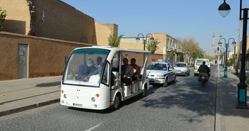 یزدی ها با خودروی برقی از گردشکران استقبال میکنند