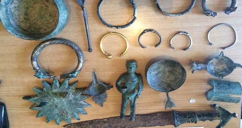 کشاورز همدانی اشیای تاریخی ۵ هزارساله را به یگان حفاظت اهدا کرد