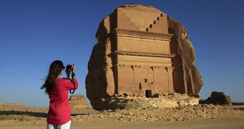 ممنوعیت سفر گردشگران زن تنها به عربستان