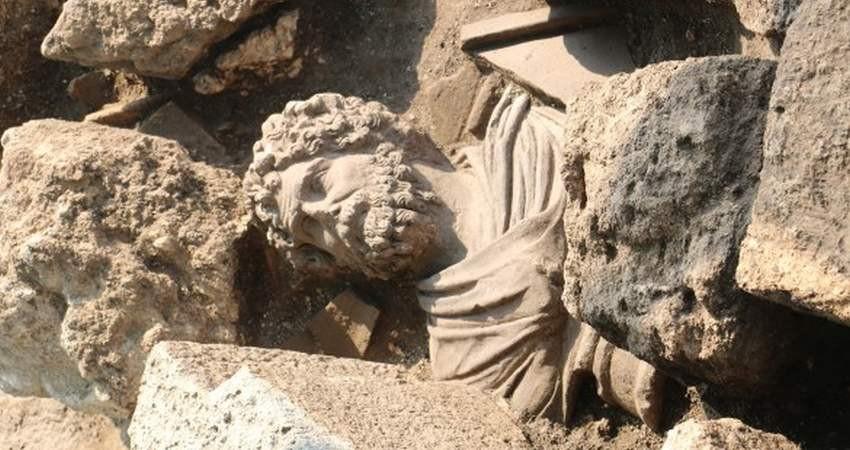 مجسمه مرمرین 1700 ساله از زیر خاک سر برآورد
