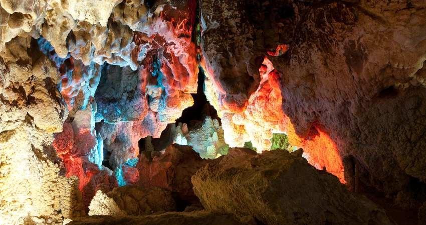غار نخجیر از طریق مزایده به شرکت توسعه عمران دلیجان واگذار شد
