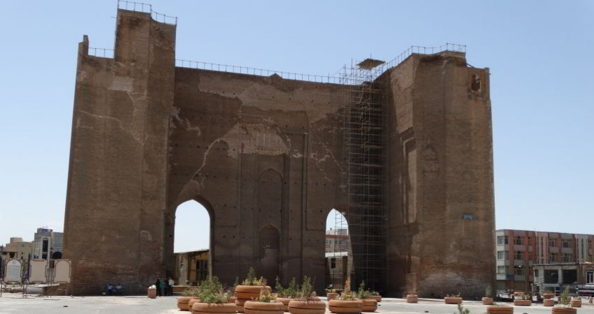 نسیم بهاری به سمت خانه ها و بناهای تاریخی در حال وزیدن است