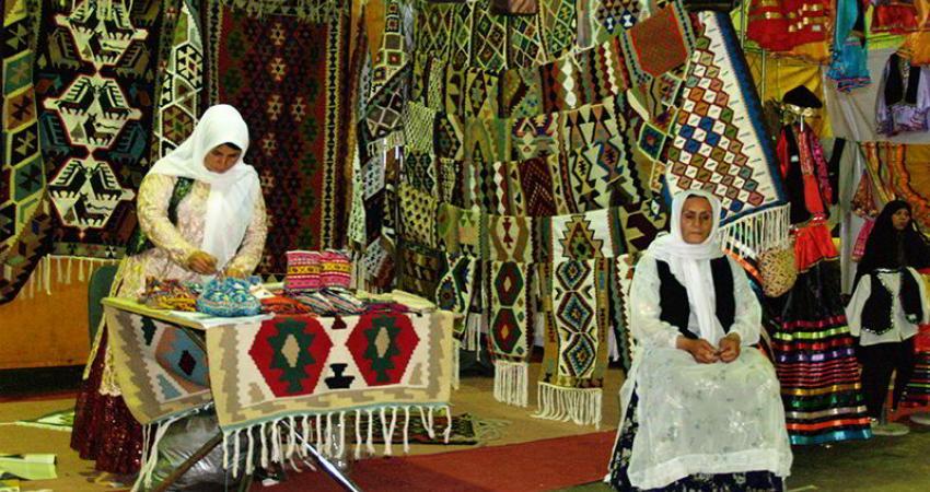 معاون گردشگری از نمایشگاه صنایع دستی مهران بازدید کرد