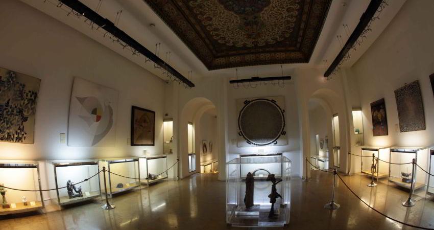 اهدا 2 تابلو از مجموعه آثار محسن وزیری مقدم به موزه جهان نما