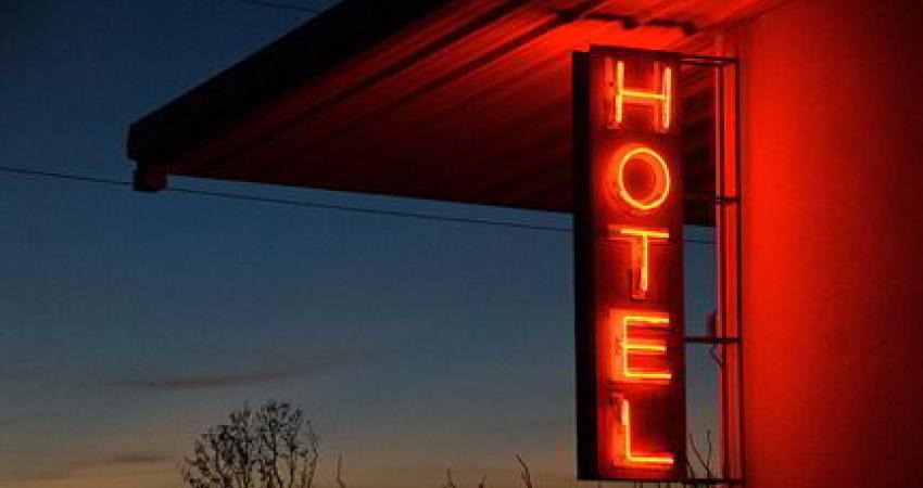 اخذ عوارض برای نصب تابلو هتل قانونی نیست